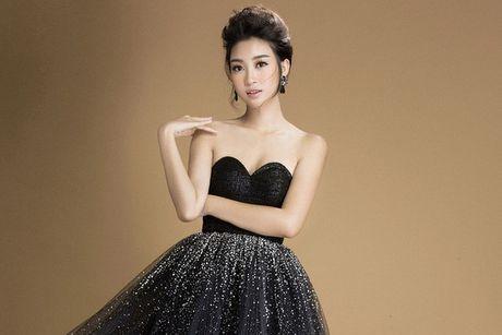 Hoa hau Do My Linh khoe vai tran goi cam voi vay den - Anh 1