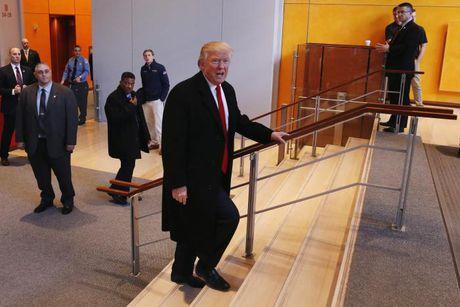 Donald Trump doi quan diem ve bien doi khi hau - Anh 1