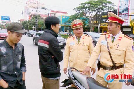 Canh sat mac thuong phuc xu ly hang tram truong hop vi pham ATGT - Anh 1