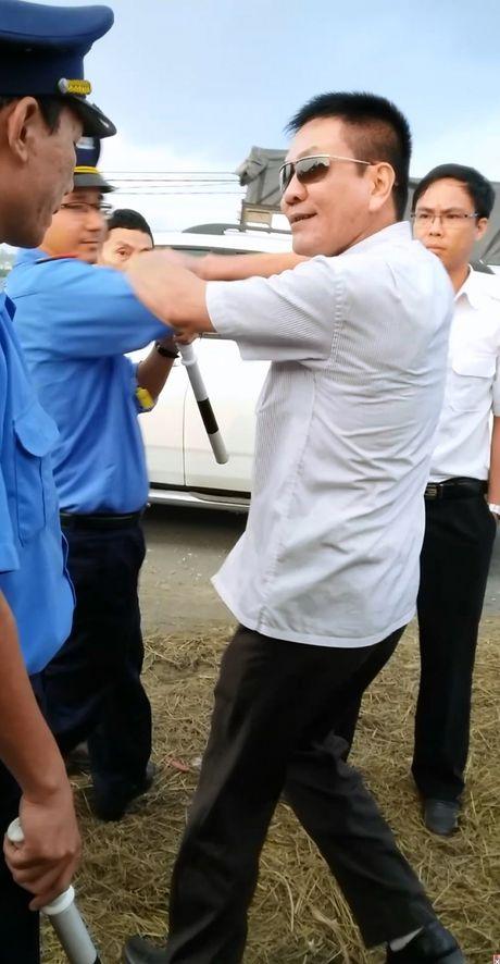 """Xu ly xe qua tai, Thanh tra giao thong bi """"con do"""" tan cong - Anh 1"""
