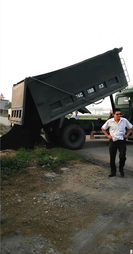 """Xu ly xe qua tai, Thanh tra giao thong bi """"con do"""" tan cong - Anh 2"""