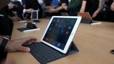 CEO Microsoft 'cham biem' khi Apple tao iPad Pro nhu Surface - Anh 2