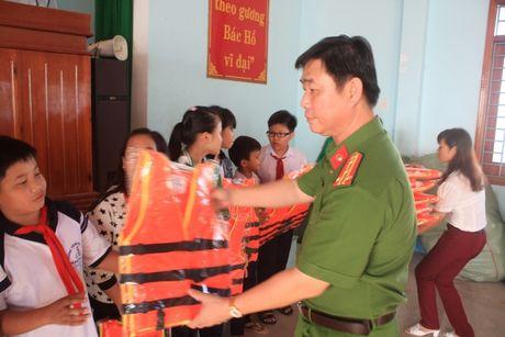 Binh Dinh: Tang ao phao cho hoc sinh, kiem che TNGT duong thuy - Anh 1