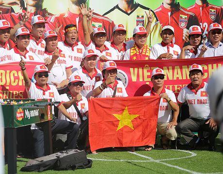 [Anh]: CDV Viet Nam dung hang gio dong ho duoi nang cho tiep lua tuyen Viet Nam - Anh 2