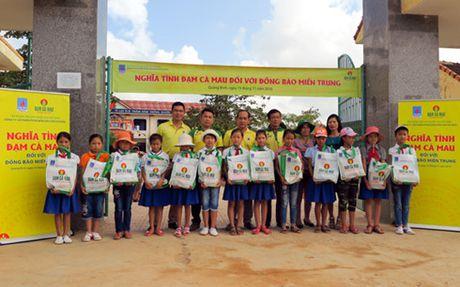 Dam Ca Mau tang qua nguoi dan vung lu mien Trung - Anh 1