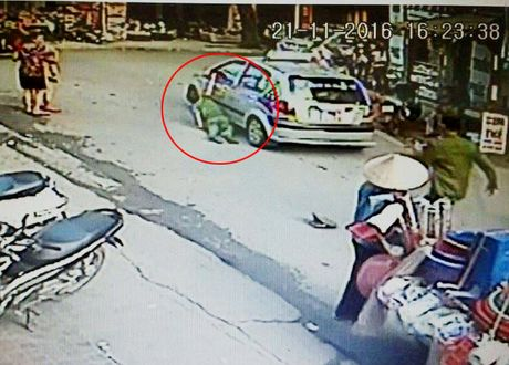 Bat khan cap tai xe taxi keo le cong an giua pho HN - Anh 1