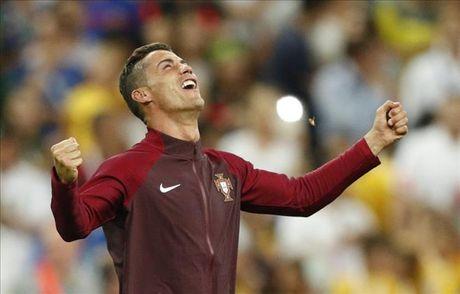 Soc: Ronaldo tiet lo ngu voi 3 nguoi dep truoc tran CK Euro 2016 - Anh 1