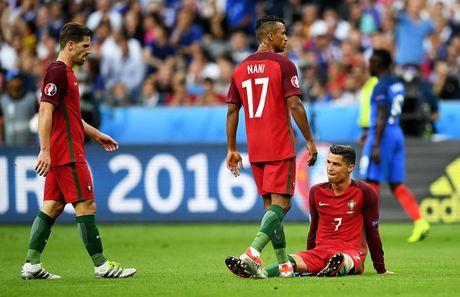 Soc: Ronaldo tiet lo ngu voi 3 nguoi dep truoc tran CK Euro 2016 - Anh 2