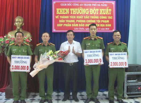 Khen thuong dot xuat thanh tich truy bat doi tuong cuop giat tren deo Hai Van - Anh 1
