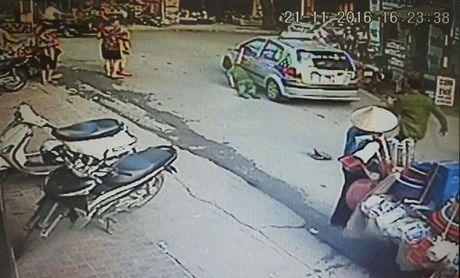 Ha Noi: Tam giu hinh su lai xe taxi keo le canh sat - Anh 1