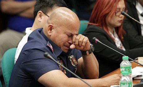 Canh sat truong Philippines oa khoc khi bi dieu tran truoc Thuong vien - Anh 1