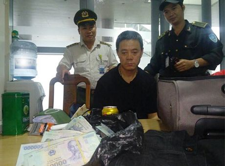 Tom gon du khach Trung Quoc trom hon 400 trieu dong tren may bay - Anh 1