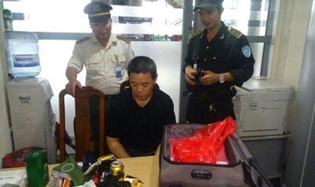 Nguoi dan ong Trung Quoc trom hang tram trieu cua khach cung chuyen bay - Anh 1