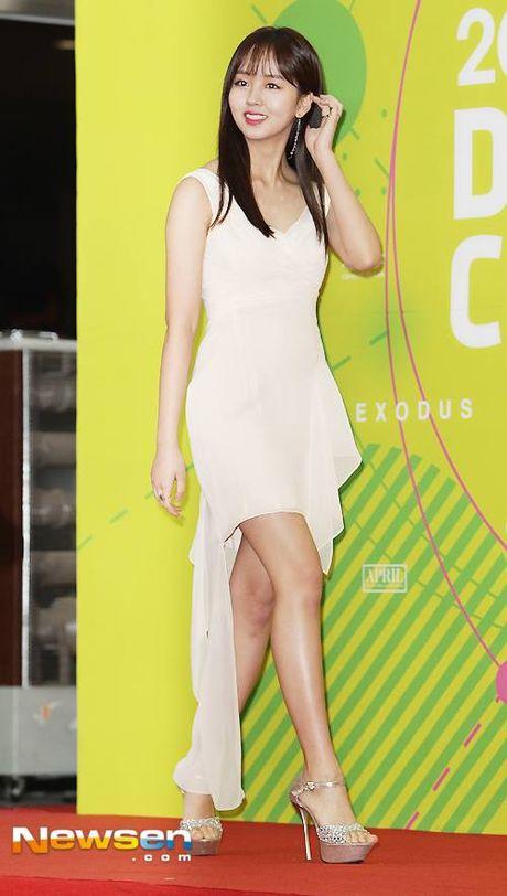 Kim So Hyun, co nang dac biet yeu thich mau trang - Anh 11