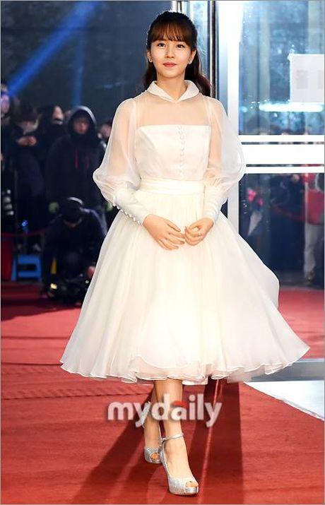 Kim So Hyun, co nang dac biet yeu thich mau trang - Anh 1
