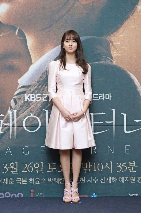 Kim So Hyun, co nang dac biet yeu thich mau trang - Anh 6