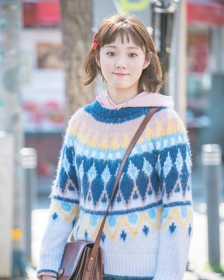 Sao Han 24/11: Dara khoe chan thon nuot, T.O.P chup mat nghieng dep nhu tuong - Anh 4