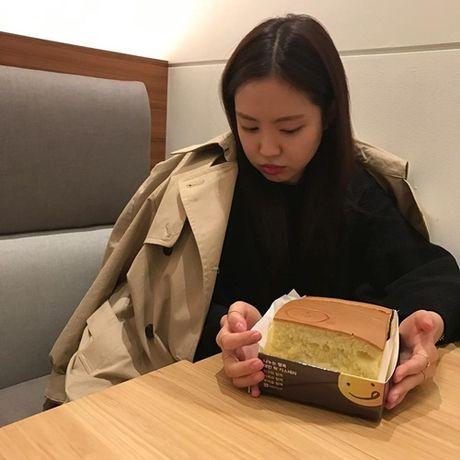Sao Han 24/11: Dara khoe chan thon nuot, T.O.P chup mat nghieng dep nhu tuong - Anh 6