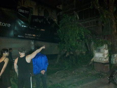 Ha Noi: Cay co thu do de cua hang dien thoai trong dem gio ret - Anh 2
