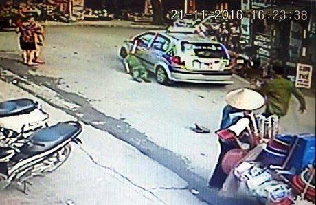 Lai xe taxi Sao Ha Noi keo le canh sat tren duong bi bat - Anh 1