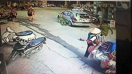 Trieu tap lai xe taxi Hoa Sao keo le Cong an tren duong - Anh 1