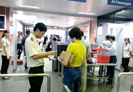 Hanh khach Trung Quoc co hanh vi la, cat khoa vali tren chuyen bay VN107 - Anh 1