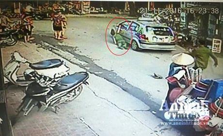 Ha Noi: Tam giu tai xe taxi keo le Cong an o cong benh vien - Anh 1