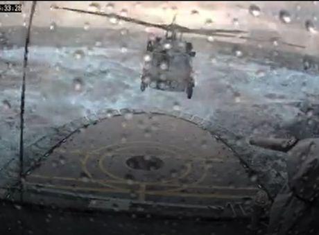 Video MH-60R Seahawk ha canh ngoan muc trong song to bao lon - Anh 1