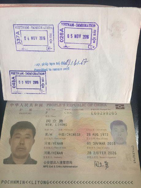 Bat qua tang khach Trung Quoc trom vang tren may bay - Anh 1