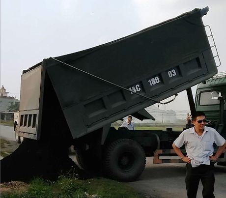 Thanh tra giao thong Hai Duong bi can tro khi xu ly xe qua tai - Anh 1