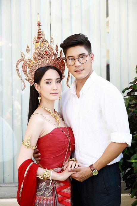 'Nu than ran': Bom tan dang 'lam loan' man anh Thai voi trai dep va nu hoang rating - Anh 1
