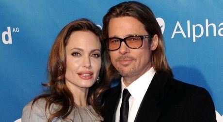 Tin nong showbiz: BTV Hoai Anh gap su co hy huu tren song truc tiep, Brad Pitt - Angelina doan tu trong Le Ta on - Anh 3