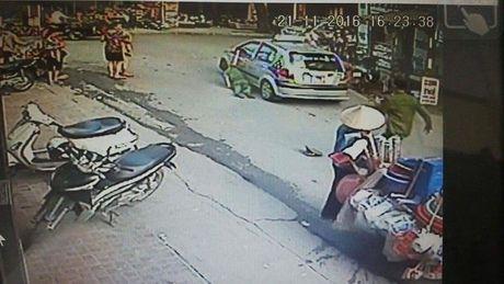 Ha Noi: Khoi to taxi keo le can bo cong an phuong 10 met - Anh 2