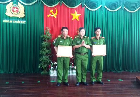 Bat nghi pham tron truy na o Trung Quoc: Khen thuong luc luong truy na toi pham - Anh 2