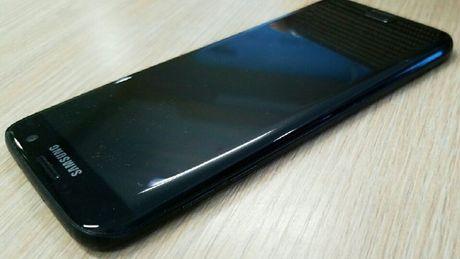 Samsung Galaxy S7 edge den bong lo anh thuc te - Anh 1