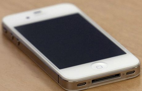 Ky dieu: iPhone 4 song sot sau mot nam ngam duoi day ho - Anh 1