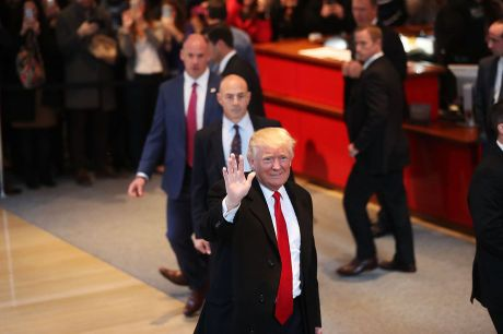 Donald Trump dien cho CEO Apple muon chuyen san xuat iPhone ve My - Anh 1