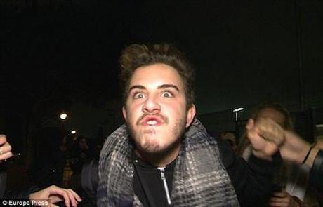 Justin Bieber dam fan bat mau qua cua o to - Anh 4