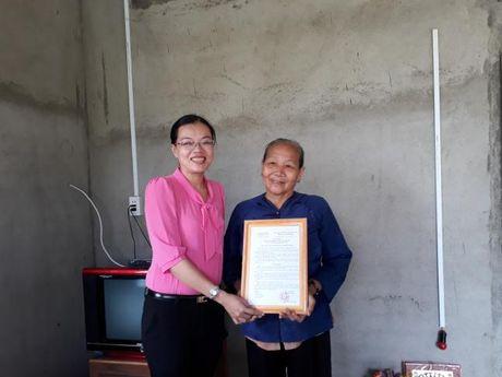 Hoi LHPN TP du le trao tang mai am tinh thuong tai Binh Chanh - Anh 1