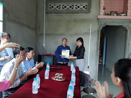 Hoi LHPN TP du le trao tang mai am tinh thuong tai Binh Chanh - Anh 3