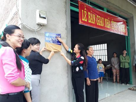 Hoi LHPN TP du le trao tang mai am tinh thuong tai Binh Chanh - Anh 4