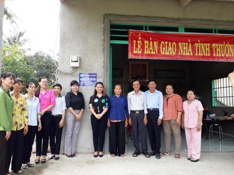 Hoi LHPN TP du le trao tang mai am tinh thuong tai Binh Chanh - Anh 5