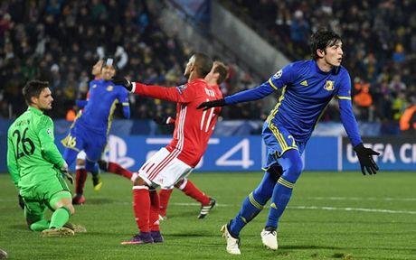 Toan canh 'Hum xam' Bayern guc nga truoc doi bong 'ty hon' Rostov - Anh 4