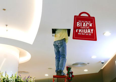 'Tranh thu nghi trua, dan van phong ao ao mua sam ngay Black Friday' - Anh 6