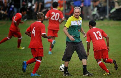 HLV Alfred Riedl cua Indonesia giai nghe neu khong vao ban ket AFF Cup - Anh 1