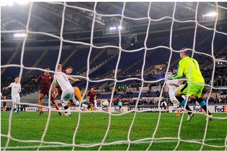 AS Roma dai thang, go chut the dien cho Serie A - Anh 8