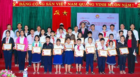 Prudential Viet Nam tang hoc bong cho HS ngheo hieu hoc - Anh 1