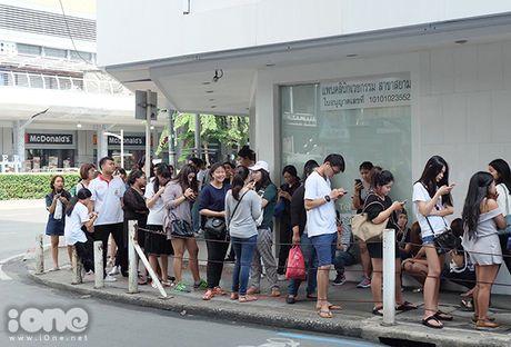 Teen Thai xep hang ca cay so mua do giam 90% - Anh 2