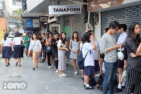 Teen Thai xep hang ca cay so mua do giam 90% - Anh 3