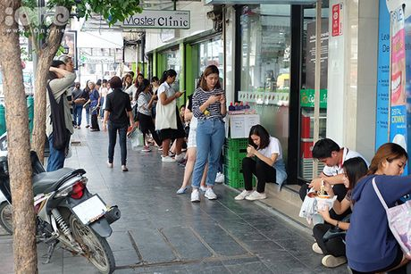 Teen Thai xep hang ca cay so mua do giam 90% - Anh 4